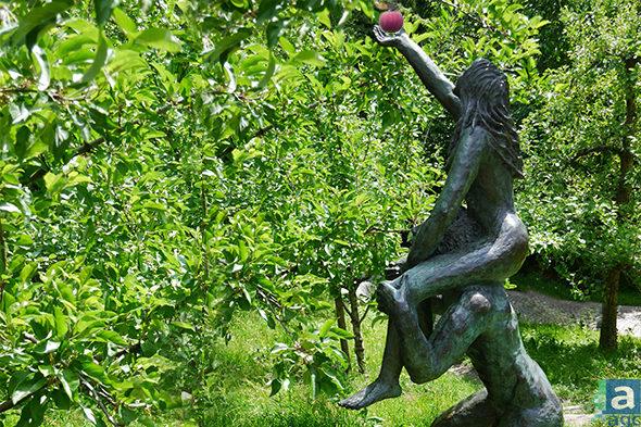 statue bronze femme sur les epaules d un homme