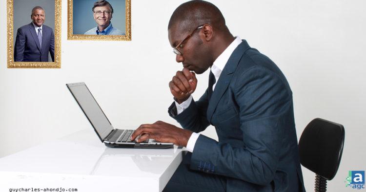 homme-noir-assis-devant-ordinateur-portable