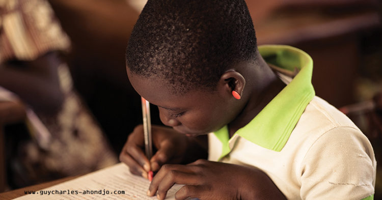 fille élève en train d'écrire
