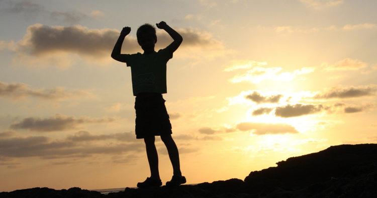 enfant-leve-les-bras-en-signe-de-victoire