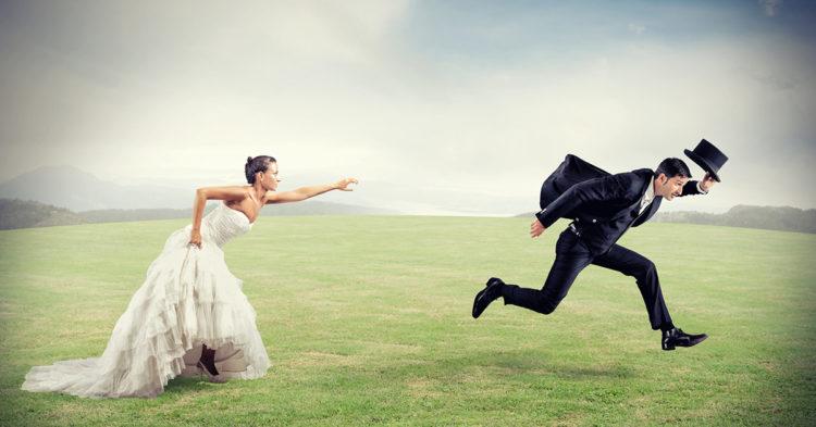 homme marie poursuivi par une femme